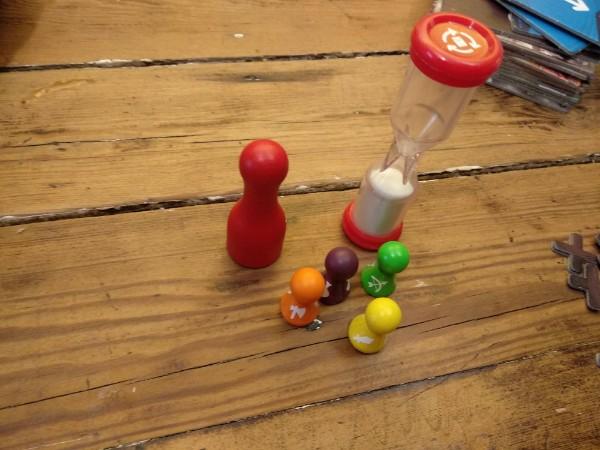Pions et sablier du jeu Magic Maze