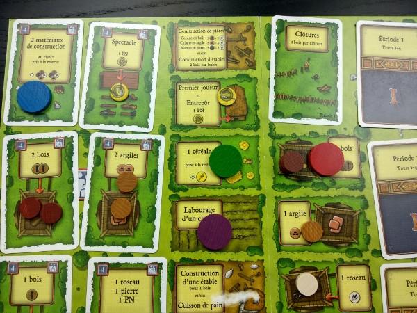 Tous les premiers pions sont mis sur le plateau du jeu Agricola